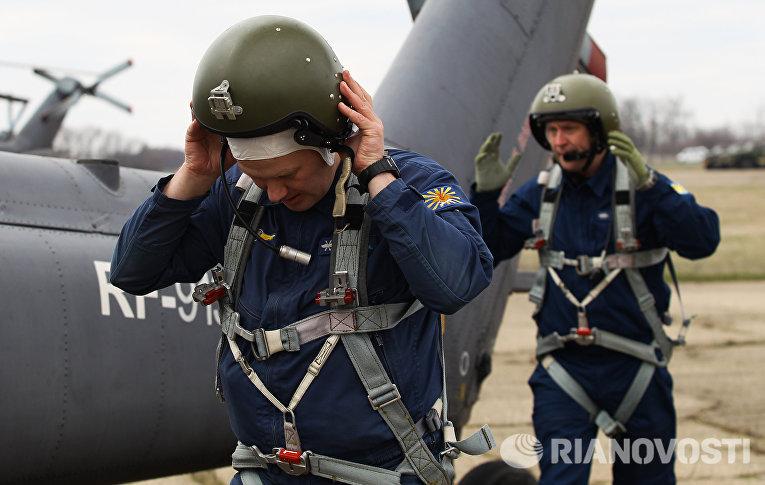Летчики готовятся к учебно-тренировочным полетам экипажей армейской авиации отдельного вертолетного полка Южного военного округа