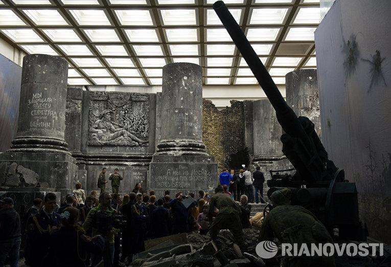 Посетители трехмерной панорамы Битва за Берлин. Подвиг знаменосцев