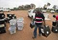 Работник избирательной комиссии несет коробки с бюллетенями в центр подсчета в Кампале, Уганда. 20 февраля 2016