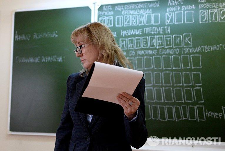 Преподаватель во время пробного ЕГЭ по математике в московской школе с углубленным изучением английского языка № 1284