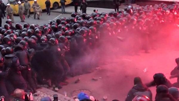 Сплеш с видео. Сторонники евроинтеграции закидывают сотрудников Беркута бутылками с коктейлями Молотова