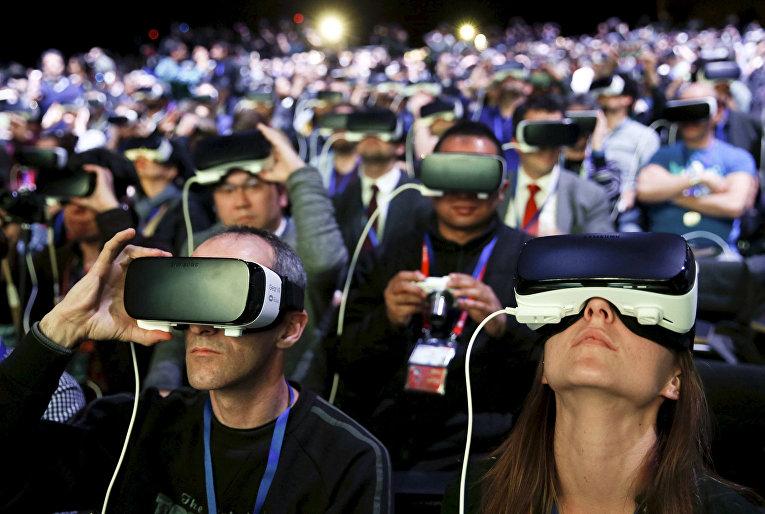 Люди в очках виртуальной реальности на презентации смартфона Samsung S7