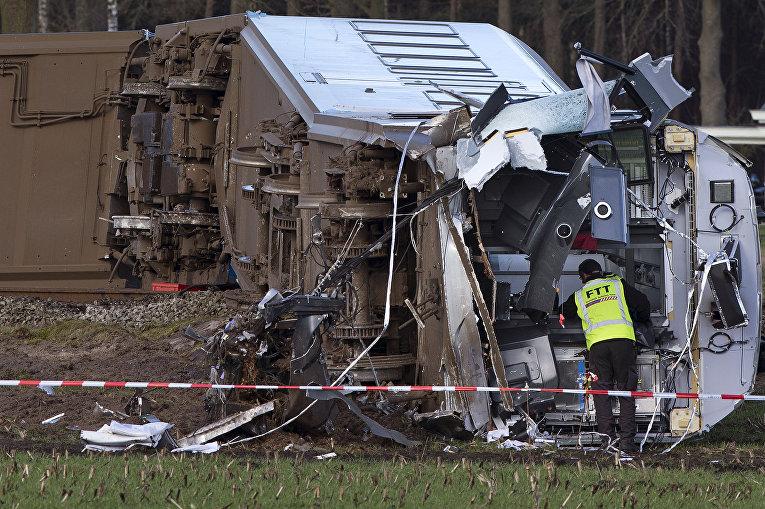 На месте крушения пригородного поезда, который сошел с рельсов недалеко от Далфсен, Нидерланды. 23 февраля 2016