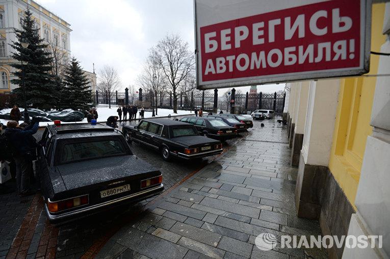 Автомобили, представленные в рамках выставки Олдтаймер-галерея на территории Московского Кремля