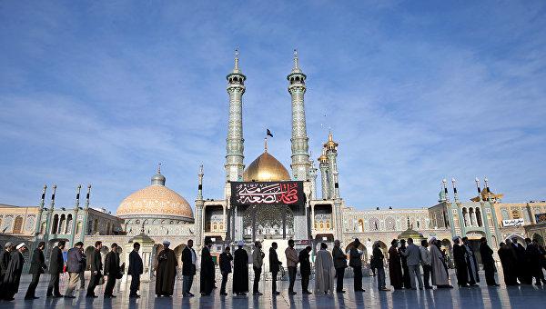 Иранцы стоят в очереди на избирательный участок в городе Кум, Иран. 26 февраля 2016.