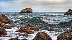 Камни на берегу Черного моря в поселке Ай-Даниль в Крыму. Архивное фото