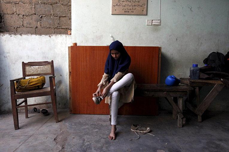 Девочка после тренировки по боксу в Карачи, Пакистан