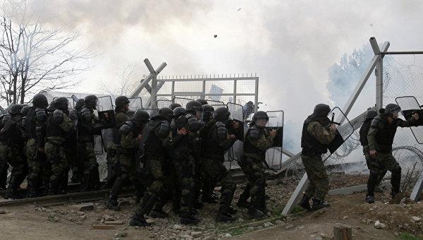 Полиция Македонии применяет слезоточивый газ против беженцев, которые пытаются прорвать ограждения на границе Греции и Македонии. Архивное фото