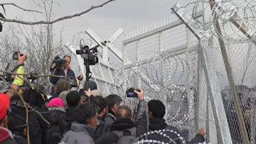 Беженцы пытались тараном проломить забор на границе Греции и Македонии. Архивное фото