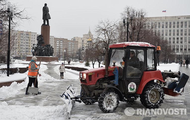 Работники управления жилищно-коммунального хозяйства убирают снег на Калужской площади Москвы после сильного снегопада