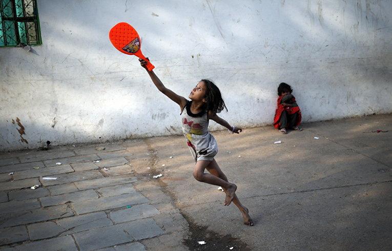 Девочка играет в бадминтон в Дели, Индия