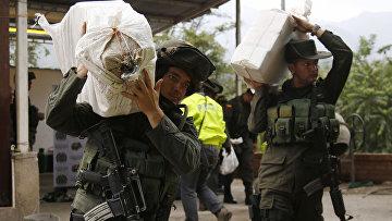 Колумбийские полицейские во время конфискации партии кокаина