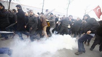 Разгон турецкой полицией протестующих сотрудников оппозиционной газеты Zaman, 5 марта 2016