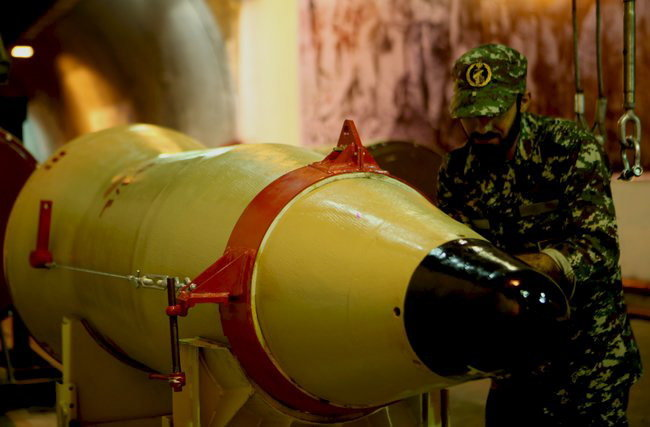 Военнослужащий проверяет баллистическую ракету перед тестовыми испытаниями в Иране