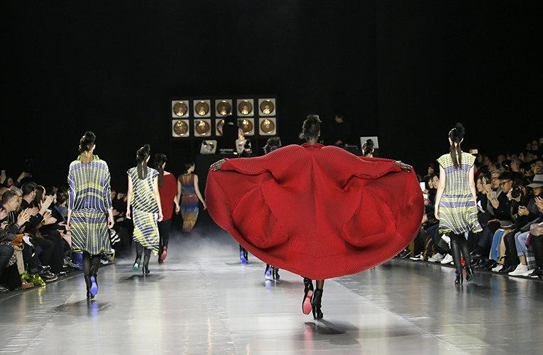 Показ коллекции Yoshiyuki Miyamae во время недели моды прет-а-порте в Париже. Март 2016