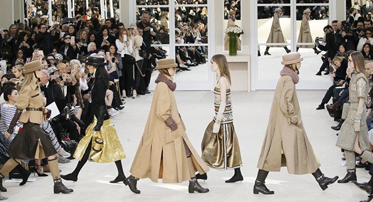 Показ коллекции Карла Лагерфельда для Chanel во время недели моды прет-а-порте в Париже. Март 2016