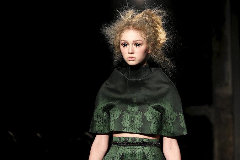 Показ коллекции Esther Louise Dorhout Mees во время недели моды прет-а-порте в Париже. Март 2016