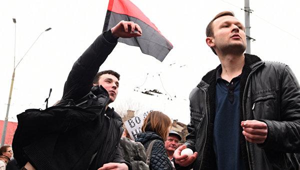 Участники акций в защиту Н. Савченко забрасывают краской и яйцами посольство Российской Федерации в Киеве. Архивное фото