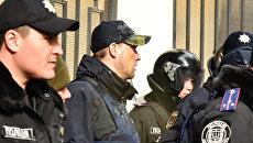 Сотрудники милиции, охраняющие Генеральное консульство Российской Федерации. Архивное фото