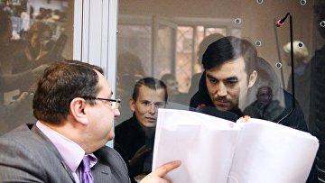 Граждане России Евгений Ерофеев и Александр Александров, обвиняемые в ряде военных преступлений на Украине, и адвокат Юрий Грабовский. Архив