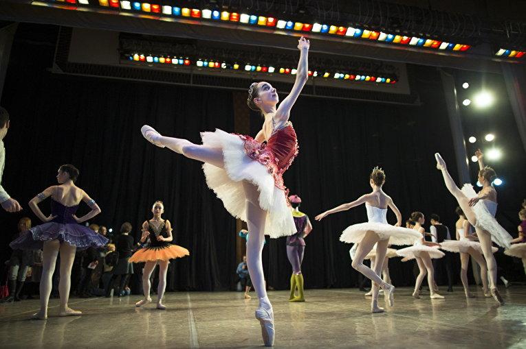 Харпер Ортлиб из американского штата Орегон перед выступлением в Московской государственной академии хореографии