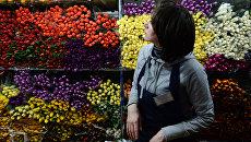 Продажа цветов накануне праздника 8 марта в одном из цветочных магазинов в Москве.