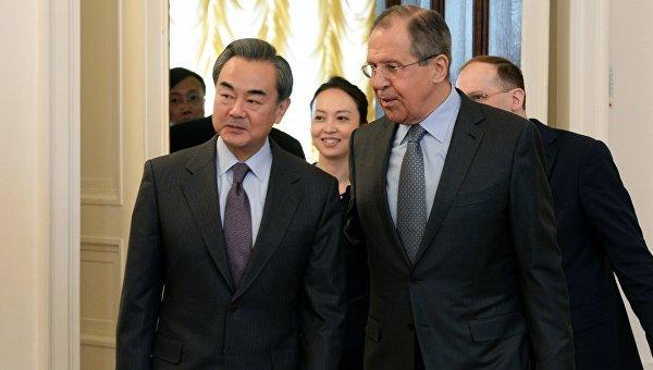 Глава МИД КНР Ван И и министр иностранных дел РФ Сергей Лавров. Архивное фото