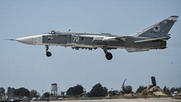 Российский фронтовой бомбардировщик Су-24 готовится к вылету с авиабазы Хмеймим