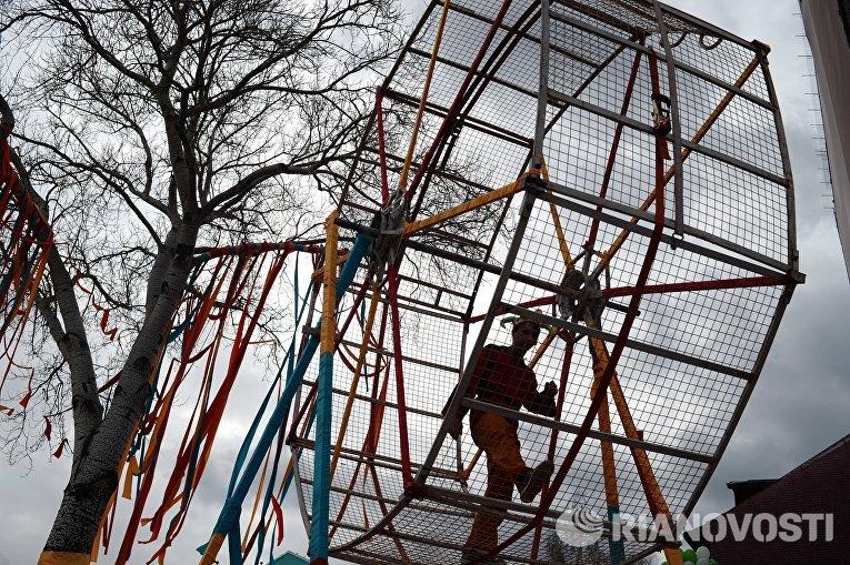 Участник масленичных гуляний в саду Эрмитаж в Москве
