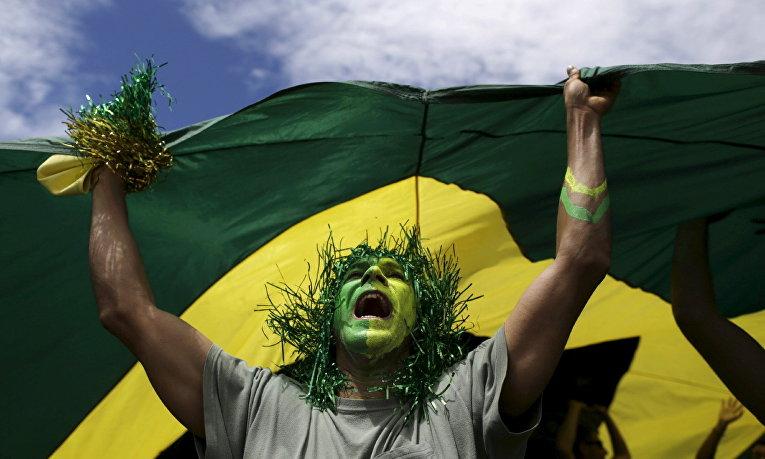 Участник демонстрации против президента Бразилии Дилмы Роуссефф в городе Бразилиа