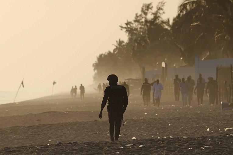 Военный на пляже у отеля Гран-Басам, на который напали вооруженные люди. 13 марта 2016