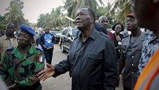 Президент Кот-д'Ивуара Алассан Уаттара у отеля Etoile du Sud, на который напали вооруженные люди. 13 марта 2016