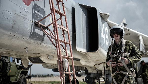 Пилот ВКС России садится во фронтовой бомбардировщик Су-24 на авиабазе Хмеймим в сирийской провинции Латакия.Архивное фото