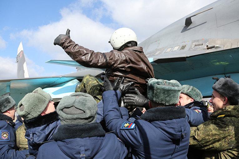 Первая группа бомбардировщиков Су-34, совершившая перелет с авиабазы Хмеймим, прибыла на авиабазу Западного военного округа в Воронежской области