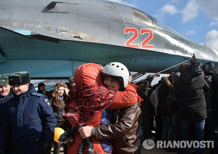Встреча пилотов бомбардировщиков Су-34 ВКС России, вернувшихся из Сирии, на аэродроме под Воронежем