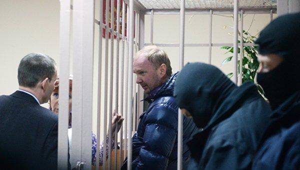 Александр Коченов (в центре), подозреваемый в хищении бюджетных средств на реставрацию объектов культурного наследия, в Лефортовском суде города Москвы