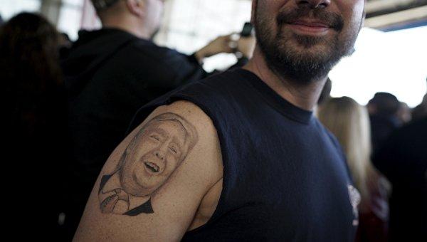Мужчина с вытатуированным портретом Дональда Трампа