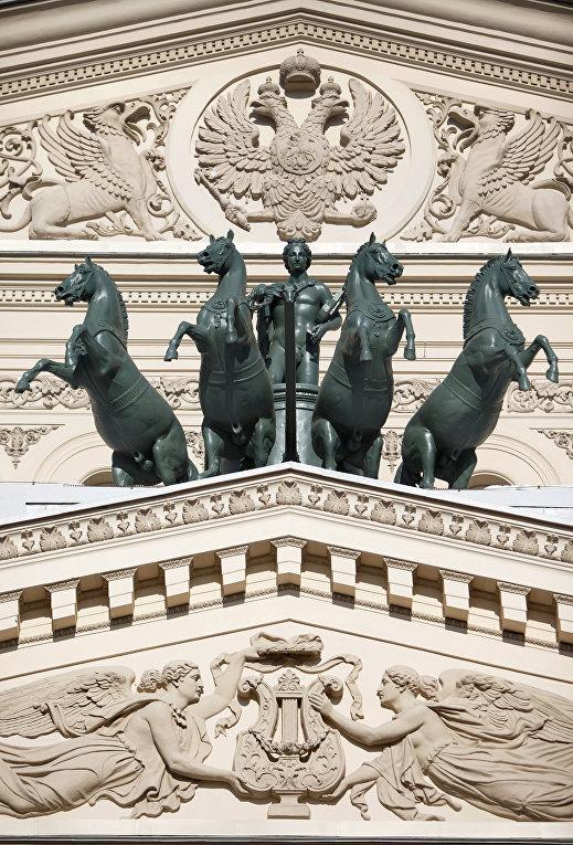 Квадрига Аполлона Петра Клодта на здании Большого театра в Москве
