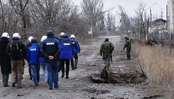 Сотрудники ОБСЕ (слева) во время посещения района обстрелов на Ясиноватской развилке в Донецкой области. Архивное фото