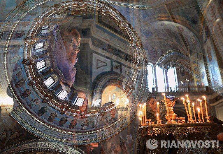 Верующие в храме Христа Спасителя в Москве во время совершения богослужения с чином прощения патриархом Московским и всея Руси Кириллом
