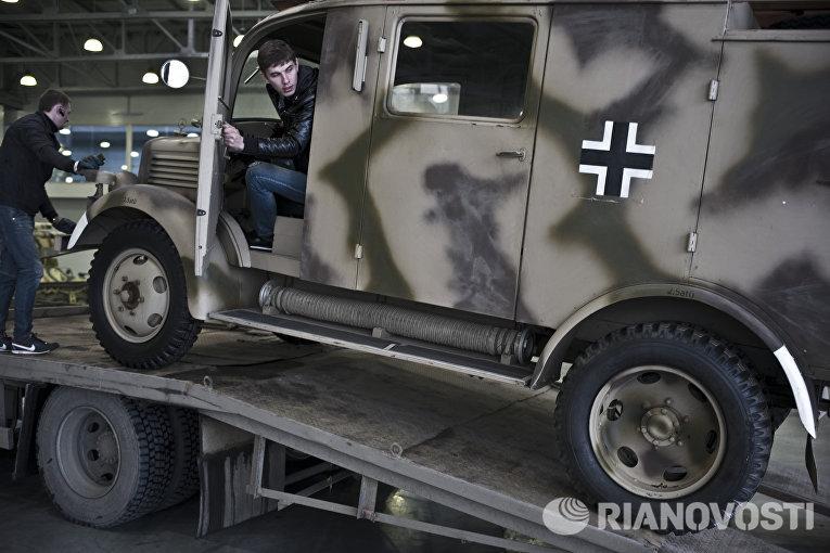 Подготовка к открытию выставки Моторы Войны в выставочном центре Крокус Экспо в Москве