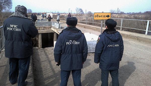 Сотрудники МЧС на месте обрушения моста в селе Яконовка Приморского края