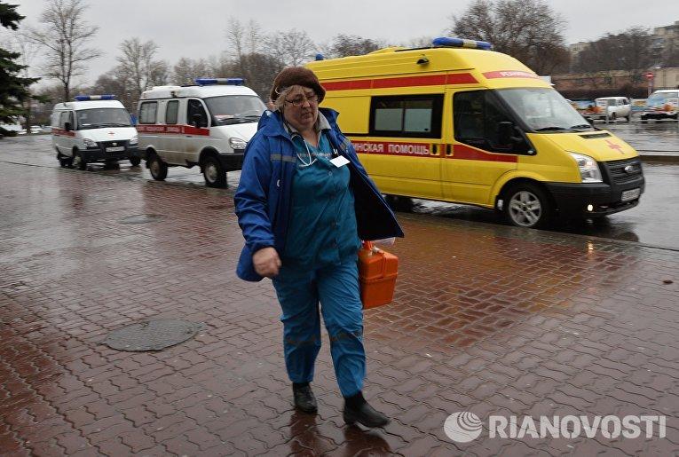 Работник Скорой помощи в аэропорту Ростова-на-Дону, где при посадке разбился пассажирский самолет Boeing-737-800