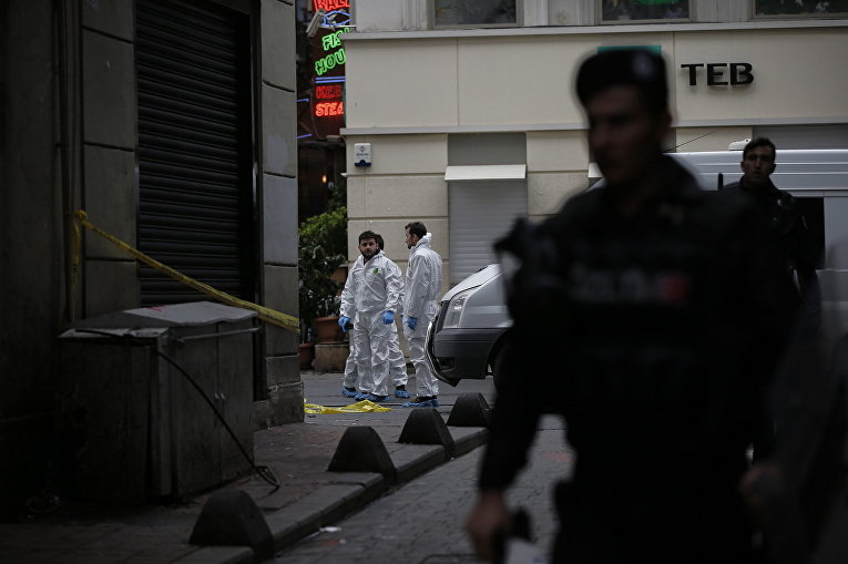 Сотрудники турецких спецслужб неподалеку от места взрыва на улице Истикляль в Стамбуле. 19 марта 2016