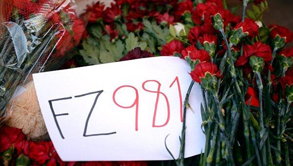 Цветы в память о погибших в авиакатастрофе Boeing-737 в Ростове-на-Дону во время акции памяти у представительства Ростовской области в Москв