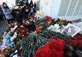 Люди зажигают свечи у аэропорта Ростова-на-Дону, где при посадке разбился пассажирский самолет Boeing-737-800