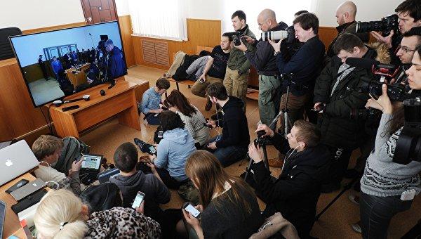 Журналисты смотрят трансляцию из зала заседаний Донецкого областного суда, где 21 марта начнется оглашение приговора по делу гражданки Украины Надежды Савченко