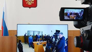 Журналисты смотрят трансляцию из зала заседаний Донецкого областного суда. 21 марта 2016