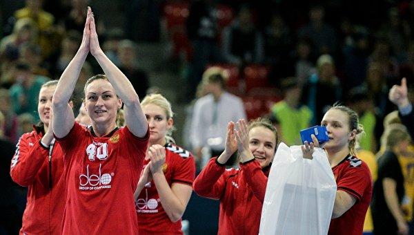 Игроки сборной России радуются победе в матче отборочного турнира к Олимпийским играм 2016 между женскими сборными командами по гандболу Швеции и России