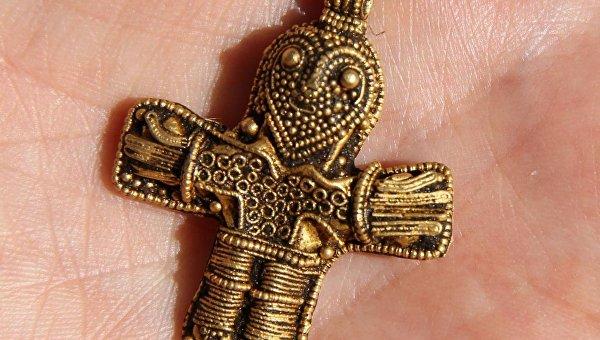 Находка датского археолога-любителя - нательный крест, возраст котрого насчитывает около 1100 лет